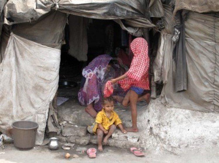 10581024-kolkata-india-january-25-streets-of-kolkata-poor-indian-family-living-in-a-makeshift-shack-by-the-si